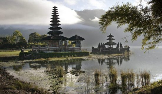 Скоро у входа в храмы на Бали появятся таблички «Секс запрещен»