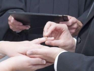 Устав ждать жениха перед алтарем, невеста вышла замуж за другого