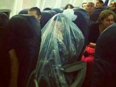 Мужчина летел в самолете в пластиковом мешке
