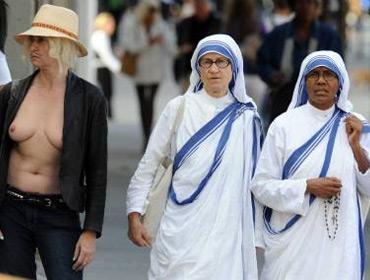 В Нью-Йорке женщинам разрешено ходить топлесс