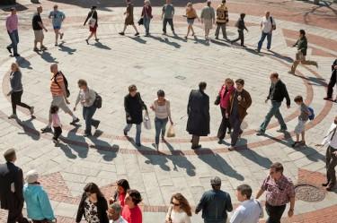 Люди заполонили улицы и площади Бостона