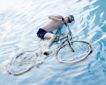 В Калифорнии никто не имеет права ездить на велосипеде в бассейне