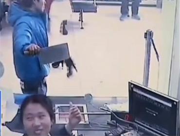 Грабитель банка насмешил кассира
