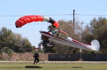 Эффектное столкновение самолета и парашютиста