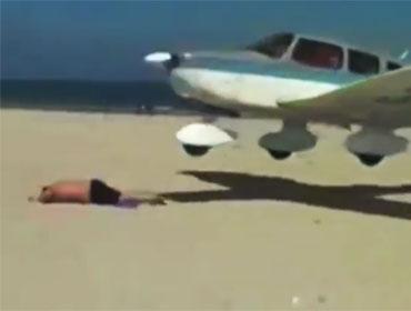 Самолет едва не расплющил туриста на пляже