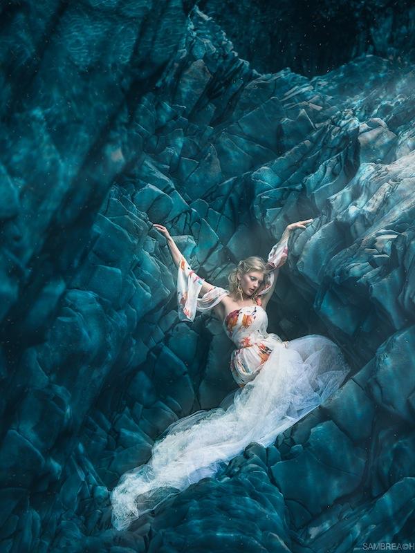 Поющие Сирены на фоне исландских пейзажей