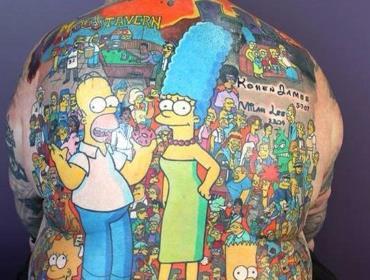 Фанат Симпсонов вытатуировал себе всех персонажей