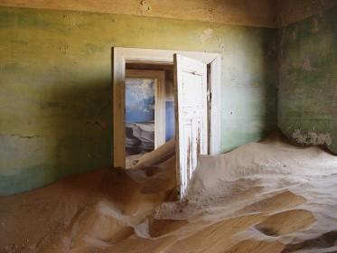 Колманскоп – поглощенная пустыней деревня в Намибии. (Фото: Damien du Toit)