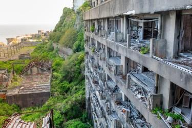 Остров Хашима, Япония. С 1887 по 1974 г. на нем жили шахтеры. В настоящее время остров необитаем. (Фото: Jordy Meow)
