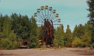Опустевший парк отдыха, недалеко от Чернобыля, Украина. (Фото: Calflier)