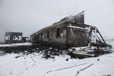Бывшая британская китобойная станция на острове Десепшн, недалеко от Антарктиды. Он был заброшен в 1960 после извержения вулкана. (Photo : Liam Quinn)