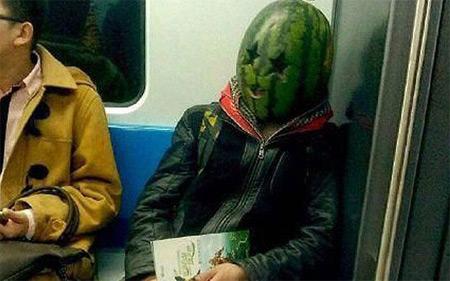 «Арбузный брат» пугает пассажиров метро