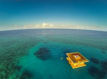 Панорамный вид на затерянный среди океана отель