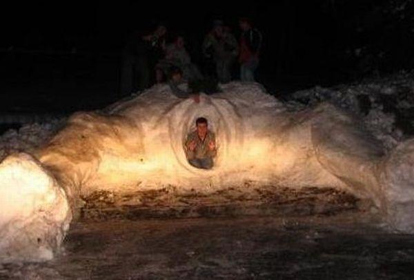 Вы когда-нибудь видели, как какой-то придурок прячется в гигантском влагалище? Теперь да.