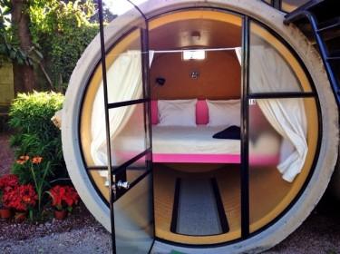 В номере только одна двуспальная кровать
