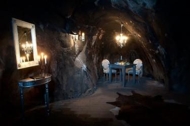 В углу шахты расположен обеденный зал