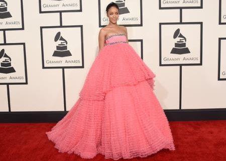 Интернет смеется над платьем Рианны