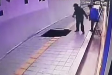 Вышедших из автобуса пассажиров поглотила дыра