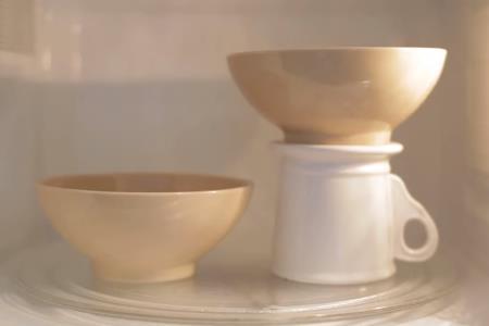 Как разместить две чашки в микроволновке одновременно?