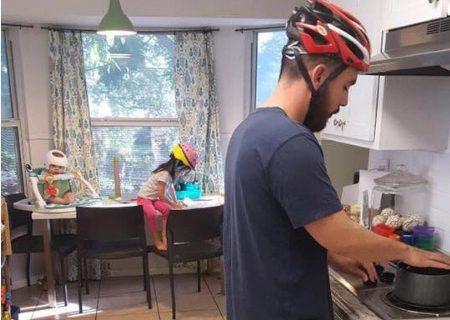 Почему вся семья ходит дома в шлемах?