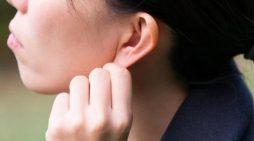 Странная болезнь: женщина не слышит мужчин